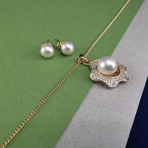 Conjunto bañado en oro con piedras de microcircón y perla sintética